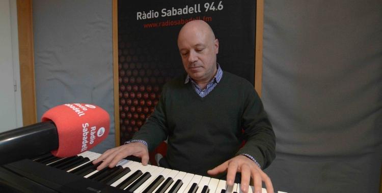 Albert Guinovart als estudis de Ràdio Sabadell.  Foto: Roger Benet