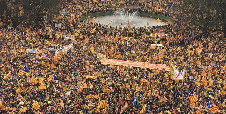 La plaça del Cinquantenari de Brusel·les ha quedat plena d'estelades i el color groc reivindicatiu de la llibertat dels presos polítics.