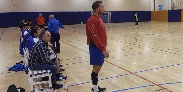Isra Damont dirigint l'equip en el darrer partit de lliga