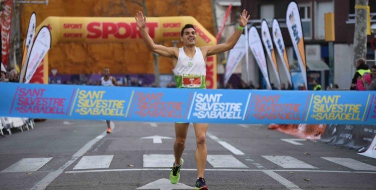 El guanyador en categoria masculina, Xavi Planas, travessant la meta   Roger Benet