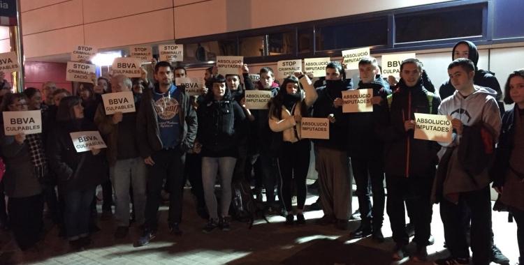 Moment de la concentració davant de la comissaria dels Mossos   Foto: Ràdio Sabadell