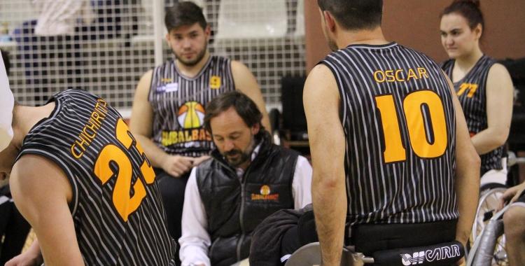 Óscar Trigo, al centre de la imatge, en un partit del Global Basket | Adrián Arroyo