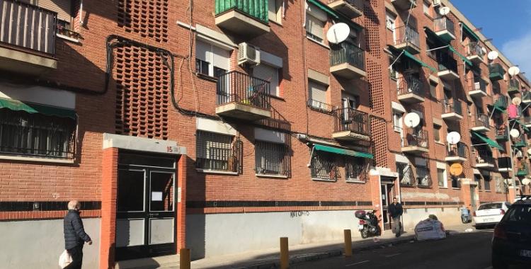 Exterior del bloc de pisos afectat per la fuita de gas/ Mireia Prat