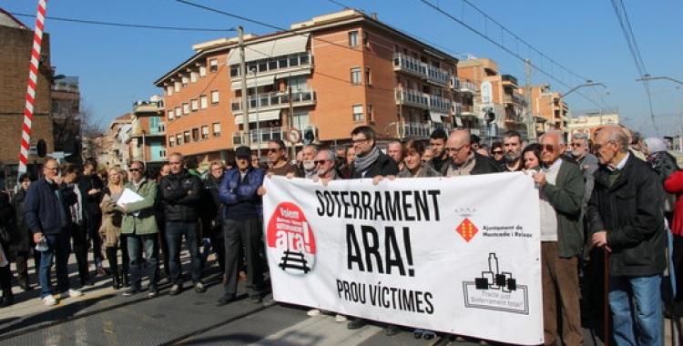 Imatge del veïnat manifestant-se a les vies de Montcada el 21 de febrer 2017 | Foto: ACN