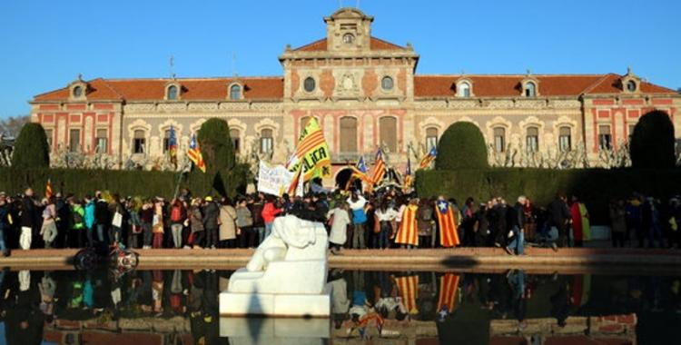 Tot i l'ajornament del ple d'investidura, les concentracions davant el Parlament es van mantenir.
