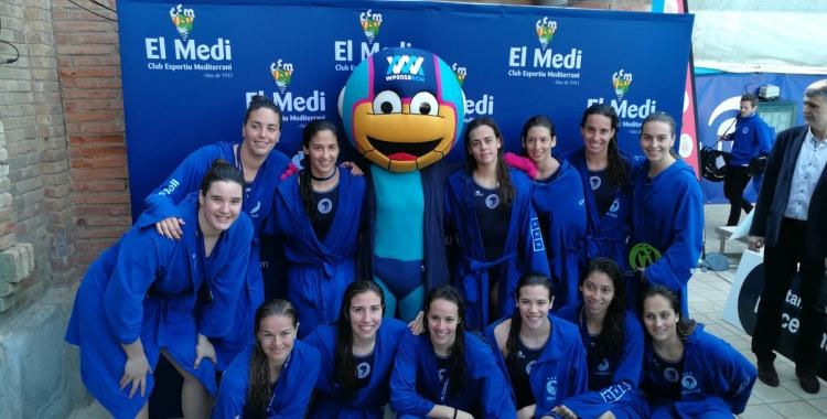 La plantilla del Natació Sabadell femení celebrant la Copa guanyada avui a la Josep Vallès | RFEN