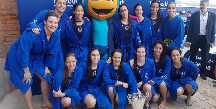 Gisela Farré (fila inferior, la segona per l'esquerra), i la resta de l'equip amb el títol de la Copa de la Reina | Joan Blanch