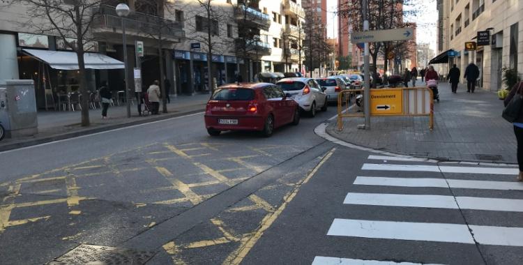 L'obertura al trànsit del carrer Tres Creus ha generat llargues cues de trànsit.