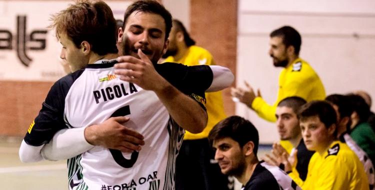 Quim Vaíllo abraçant Aniol Picola en l'últim partit a casa de l'OAR | Èric Altimis