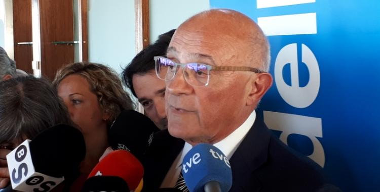 Josep Oliu, atenent a la premsa a Alacant/ Karen Madrid