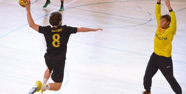 Martí Escuert busca superar el porter de l'Handbol Palautordera | OAR Gràcia