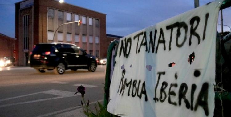 Pancarta contra el tanatori amb la nau que podria acollir-lo de fons   Mireia Prat