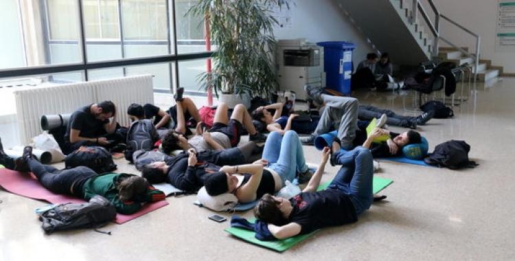 Estudiants estirats al terra de la planta baixa de l'edifici del rectorat de la UAB | ACN
