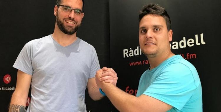 Àngel Codina i Vicen Díaz, als estudis de Ràdio Sabadell, es desitgen sort de cara a l'última jornada | Adrián Arroyo