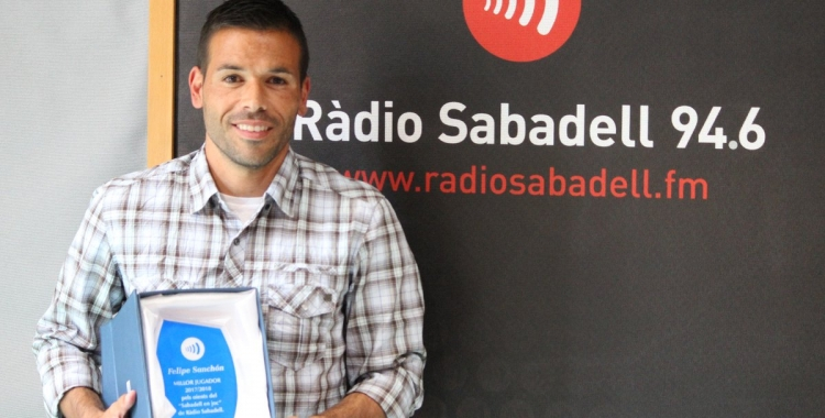 Felipe Sanchón amb el premi de Ràdio Sabadell | Pau Vituri