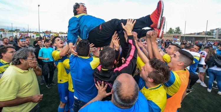 Els jugadors del Sabadell Nord mantegen l'entrenador, Quico Díaz   Roger Benet