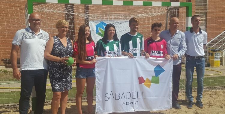 Marisol Martínez i Salvador Gomis amb les noves equipacions dels equips masculí i femení de l'OAR