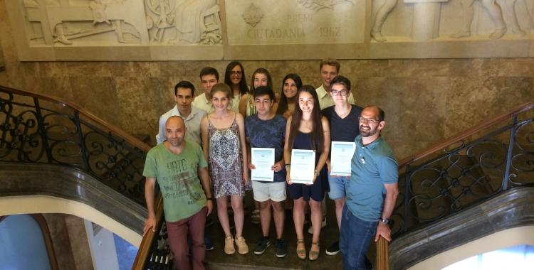 Els estudiants amb el regidor Joan Berlanga i l'alcalde Maties Serracant. | Helena Molist