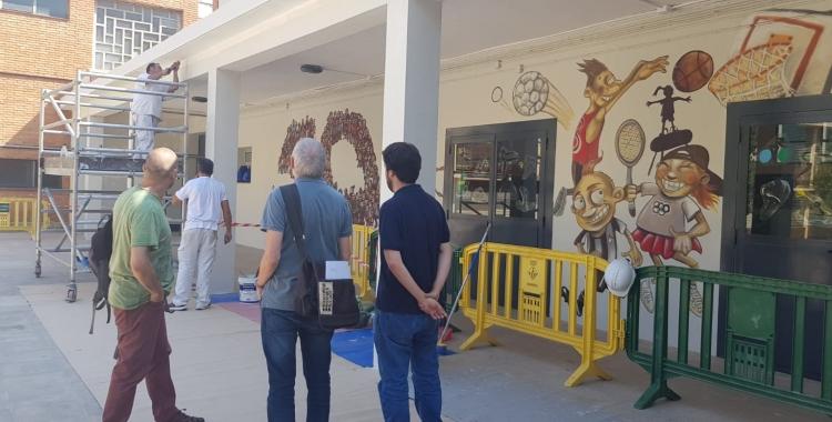 Treballadors dels plans d'ocupació pinten l'escola Espronceda