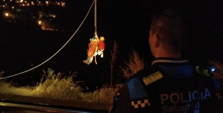Operació de rescat de la dona precipitada | Policia de Sabadell