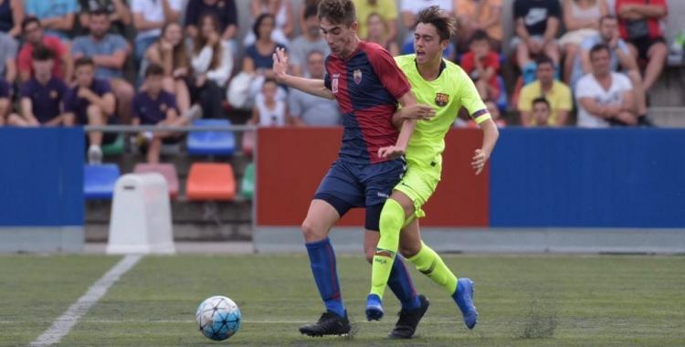Acció del debut a la lliga del Mercantil contra el Barça 'B'   Roger Benet