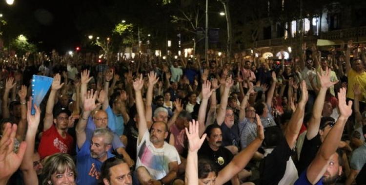 Moment de les votacions en l'assemblea de taxistes de Barcelona | ACN