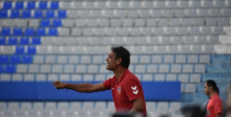 Toni Seligrat dirigint al Sabadell en l'últim duel contra el Barça B a la Nova Creu Alta | Crispulo D.