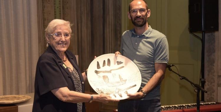 Maria de la Pau Trayner rebent el premi a càrrec de Maties Serracant | Roger Benet