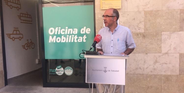 Xavier Guerrero en la roda de premsa davant l'oficina de mobilitat | Helena Molist