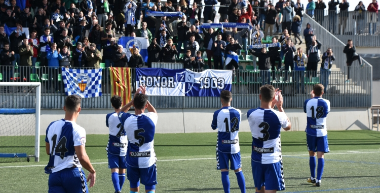 Aplaudiments entre jugadors i aficionats del Sabadell després del partit d'ahir | Críspulo Díaz