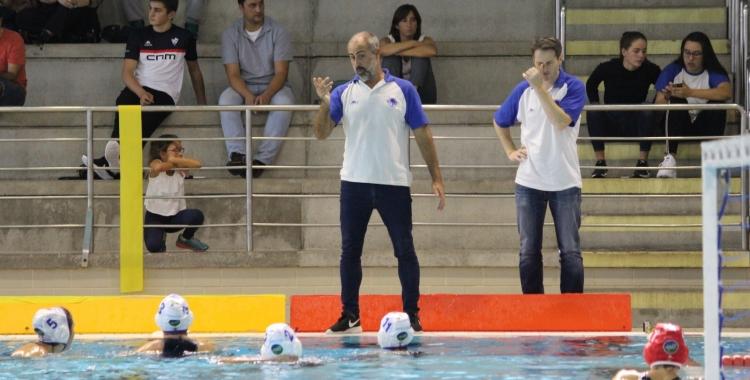 David Palma dirigint-se a les seves jugadores | Pau Vituri