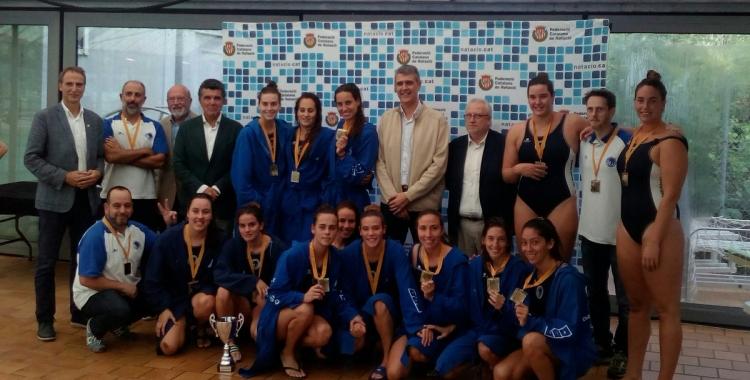 Imatge de les campiones amb les medalles de la Copa Catalunya | CN Sabadell