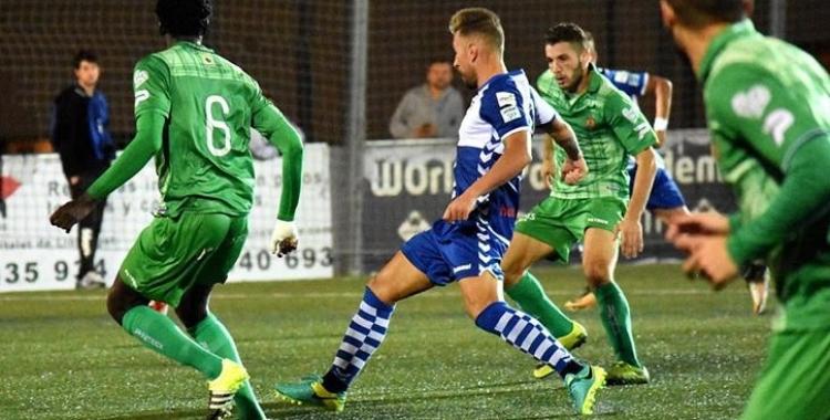 Ángel Martínez, envoltat de jugadors verds en el partit de la temporada passada | Críspulo Díaz