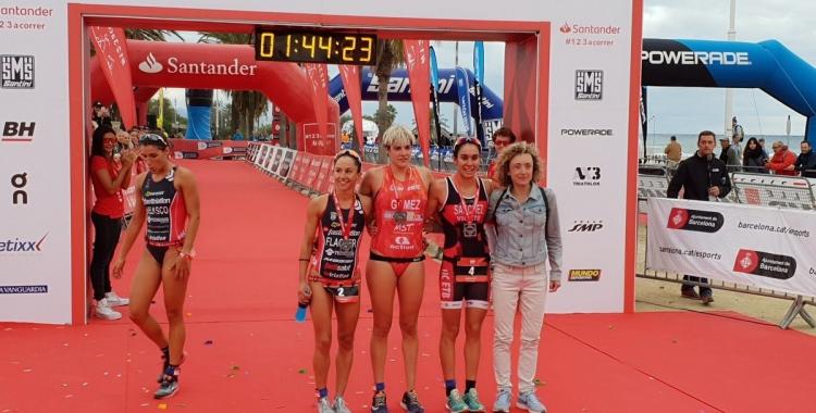 Laura Gómez després de travessar la meta al triatló de Barcelona