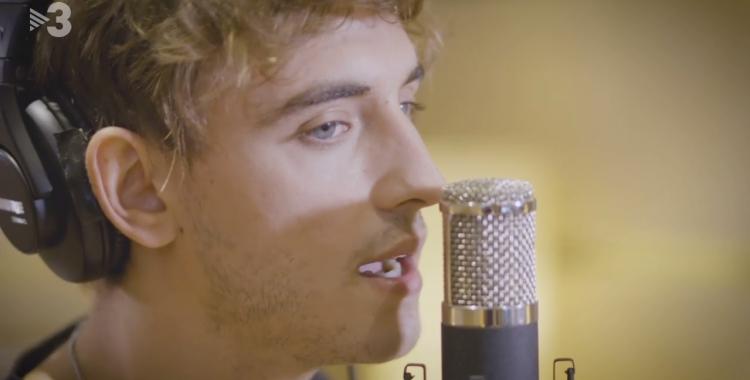 Manel Navarro a l'estudi cantant la cançó  | TV3