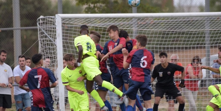 El porter Carles Segura, al fons de la imatge, en un partit d'aquesta temporada | Roger Benet