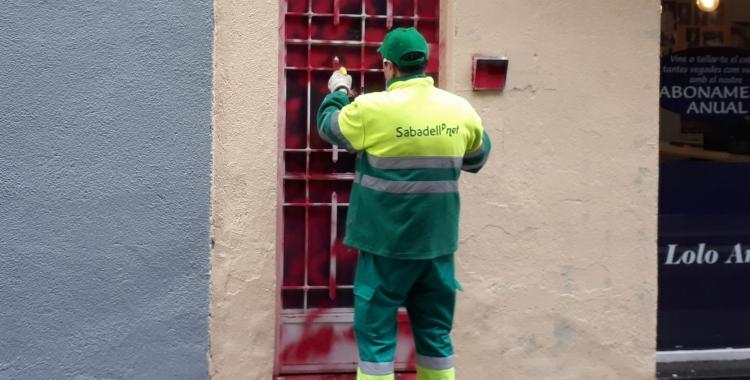 Un treballador d'SMATSA, netejant una pintada/ Karen Madrid