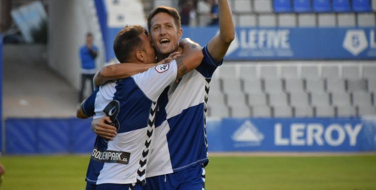 Édgar s'abraça amb Ángel Martínez en el partit contra el Teruel | Crispulo D.
