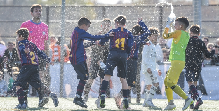 Alegria desfermada dels jugadors del FC Barcelona després de guanyar la final   Roger Benet