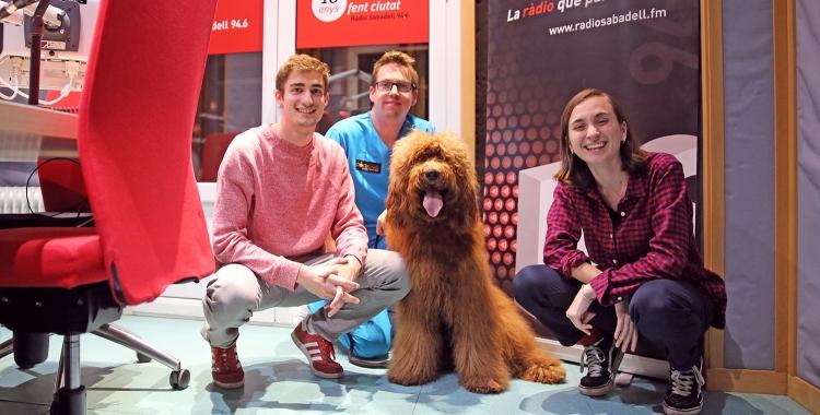 Gerard Romagosa i el gos Maxi als estudis de Ràdio Sabadell amb els redactors Aleix Graell i Helena Molist   Cedida