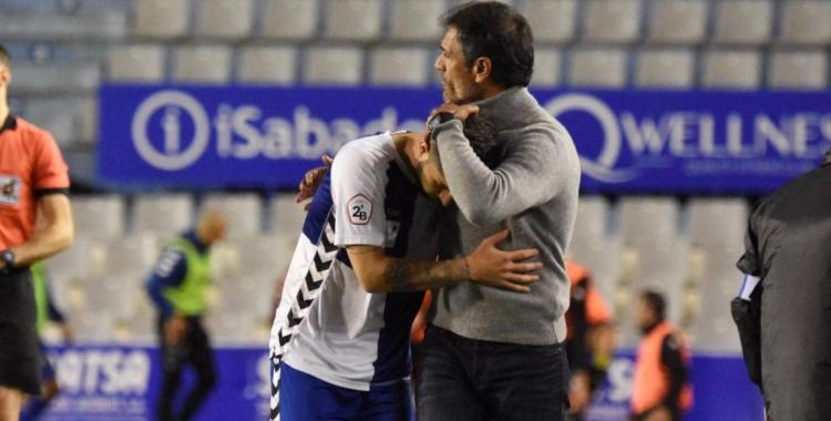 Seligrat i Domínguez s'abracen després del canvi | Críspulo Díaz