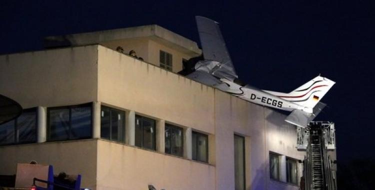 L'avioneta encastada contra el sostre d'una benzinera de Badia