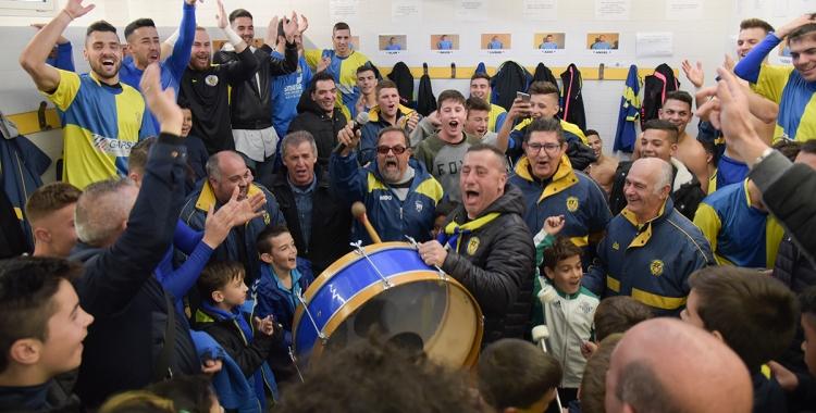 Alegria desfermada al vestidor local de Ca n'Oriac ahir després de batre l'Argentona | Roger Benet