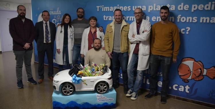 Membres d'Élite Taxi han donat avui un vehicle a la planta de Pediatria/ Roger Benet