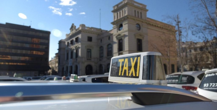 Els taxistes s'han concentrat a la plaça Doctor Robert després d'una marxa lenta/ Roger Benet