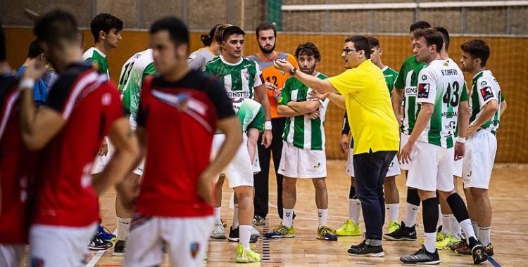 Gerard Gomis donant ordres als seus jugadors en el partit d'anada contra La Salle Montcada | OAR Gràcia