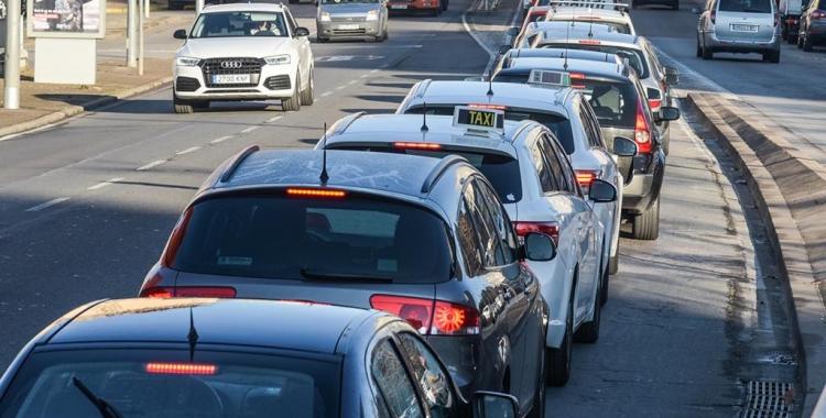 Imatge de la marxa lenta que els taxistes van protagonitzar dilluns | Roger Benet