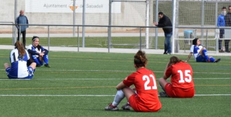 Gest simbòlic protagonitzat per les jugadores del Sabadell i el Terrassa femení | Críspulo Díaz