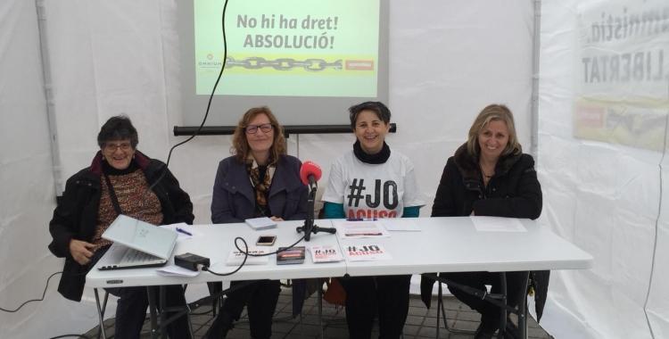 Les membres de l'Assemblea i Òmnium durant la roda de premsa | Ràdio Sabadell