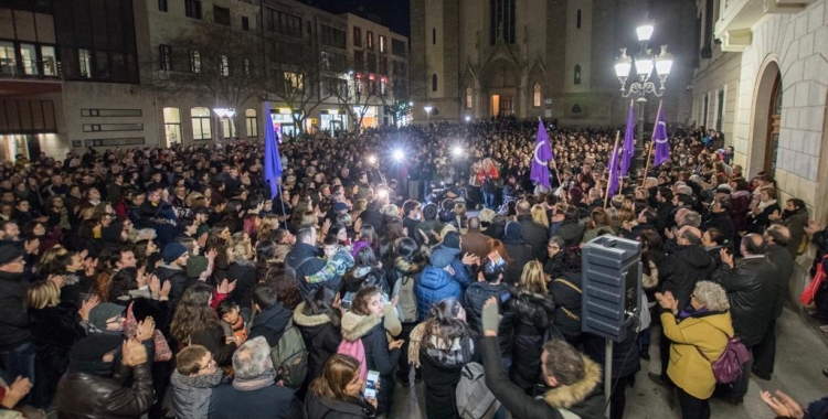Concentració davant l'Ajuntament de Sabadell per rebutjar el cas deviolació en grup | Roger Benet
